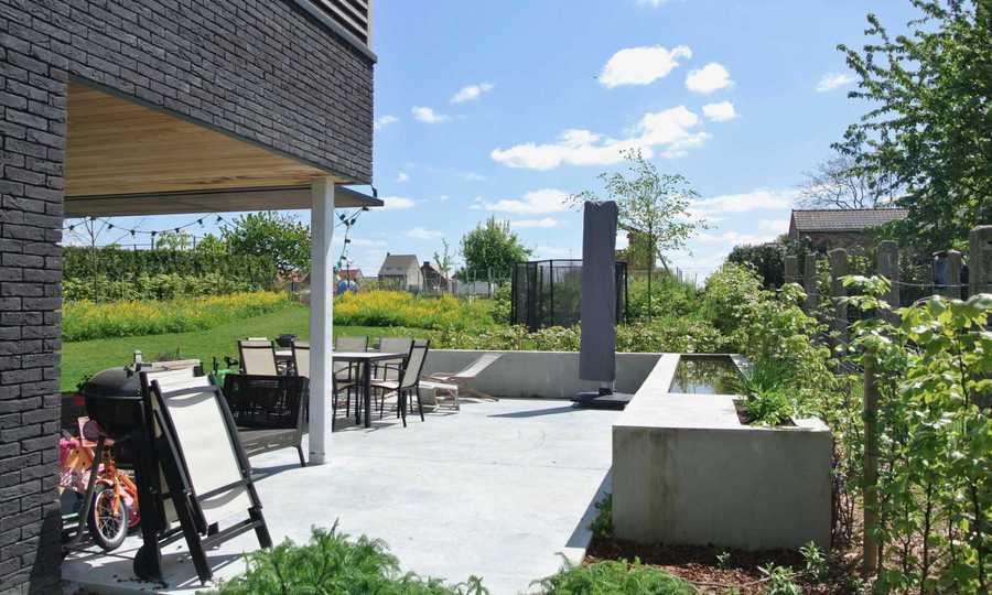 Wijngaard, vijver en beton